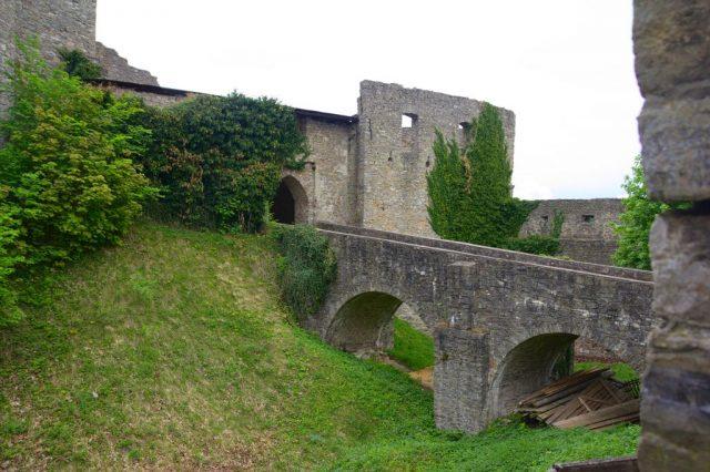 Hrad Hukvaldy - most mezi 3. a 4. bránou