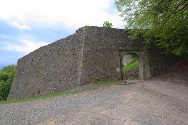 Brána zříceniny hradu Hukvaldy