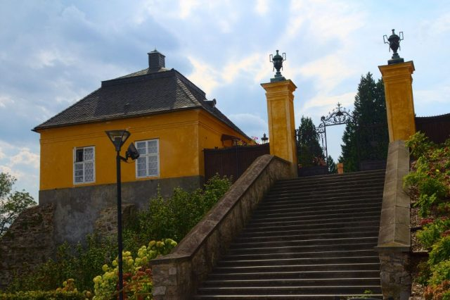 Vchod na nádvoří zámku Jánský Vrch