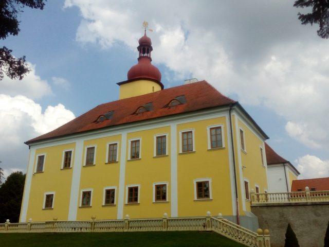 Opravené fasády zámku ještě svítí novotou