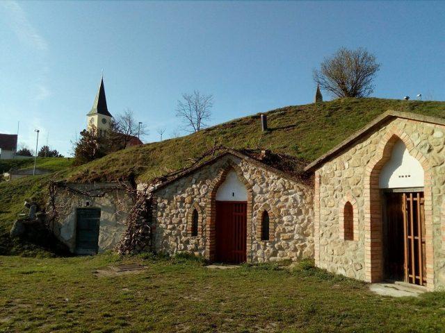 Vinné sklepy na Stráži, v pozadí kostel sv. Jiljí.