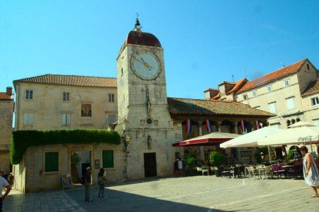 Kostel svatého Sebestiána s věží a městskými hodinami, vedle věže je Městská Lodžie - Trogir