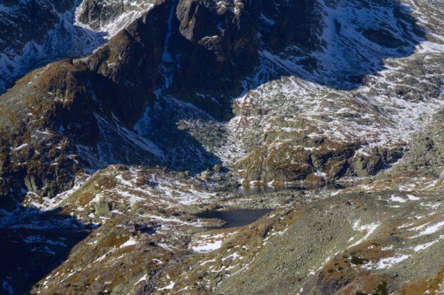Výhled na Malou Studenou dolinu z Lomnické veže. Na fotografii jsou vidět Spišská plesa a Téryho chata