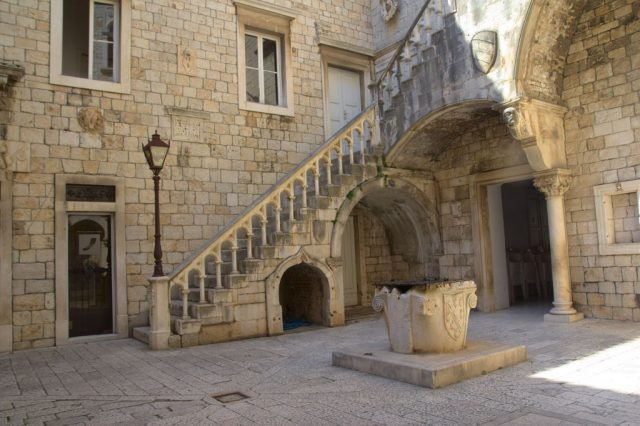 Nádvoří radnice města Trogir