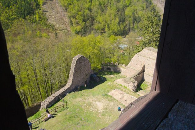 Nádvoří hradu Litice z věže