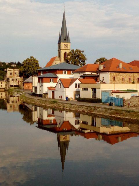 Nábřeží a věž kostela sv. Petra a Pavla