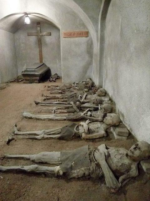 Bratři kapucíni odpočívají na holé zemi