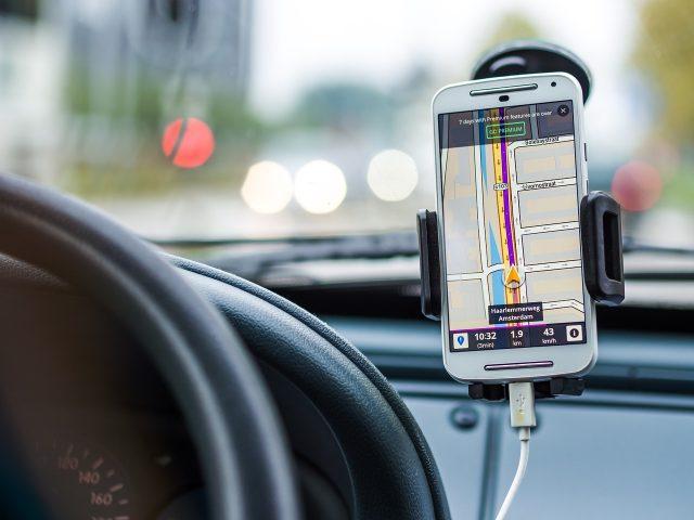 Navigaci si nastavte ještě před cestou a pořiďte si kvalitní a bezpečný držák na mobil do auta. Zdroj: Pixabay.com