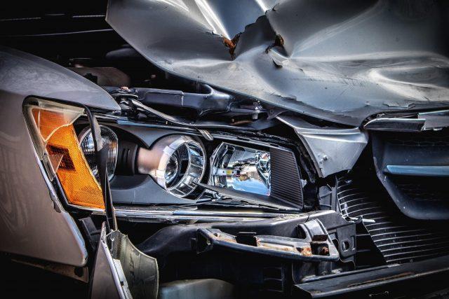 Za značnou částí lehkých i vážných nehod stojí v současné době používání telefonu. Zdroj: Unspalsh.com